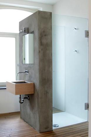 muro gris que divide el lavabo de la ducha | Diseño baños ...