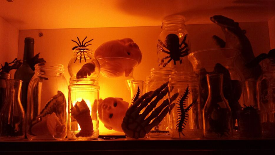 Doll parts and bugs in jars; simple Halloween decoration Halloween - pinterest halloween decor ideas