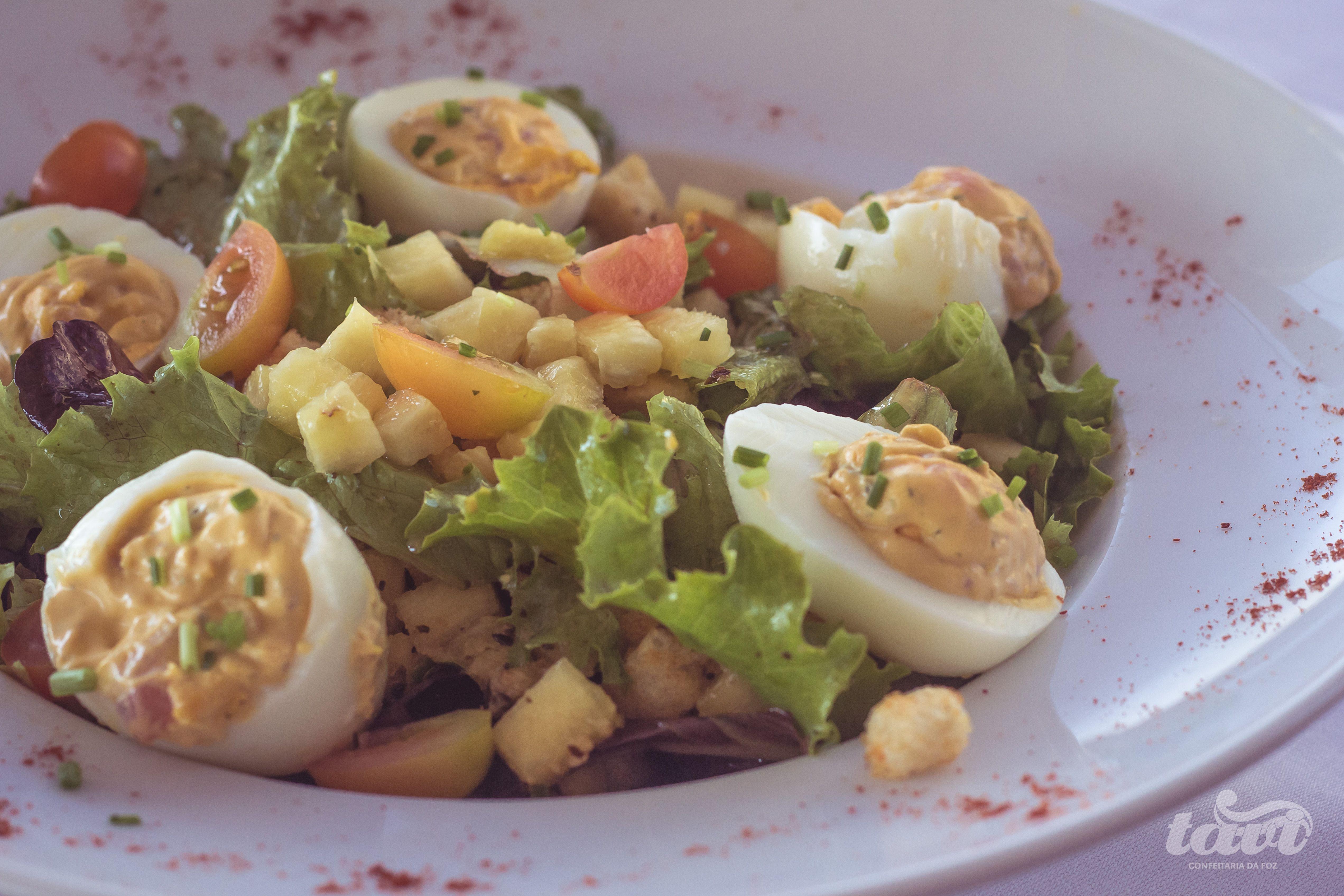 Salada com ovos recheados.