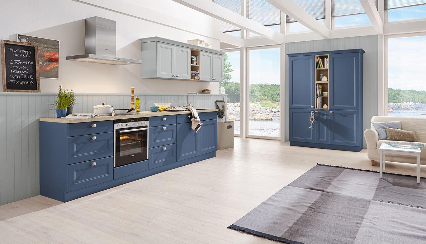 Diese blaue Landhaus Küche kombiniert Funktionalität und