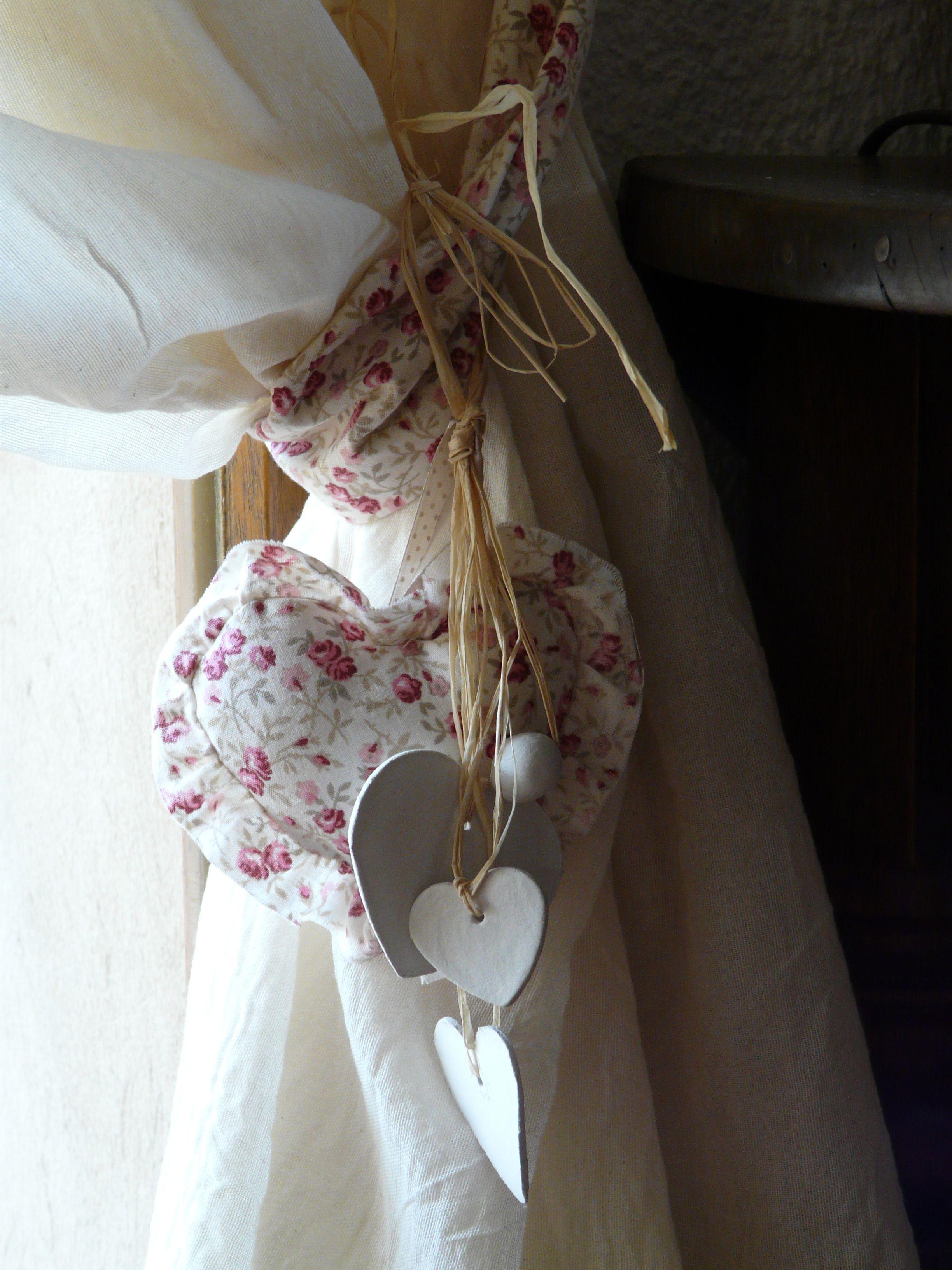 attache de rideau coeur en tissu volant et coeurs. Black Bedroom Furniture Sets. Home Design Ideas