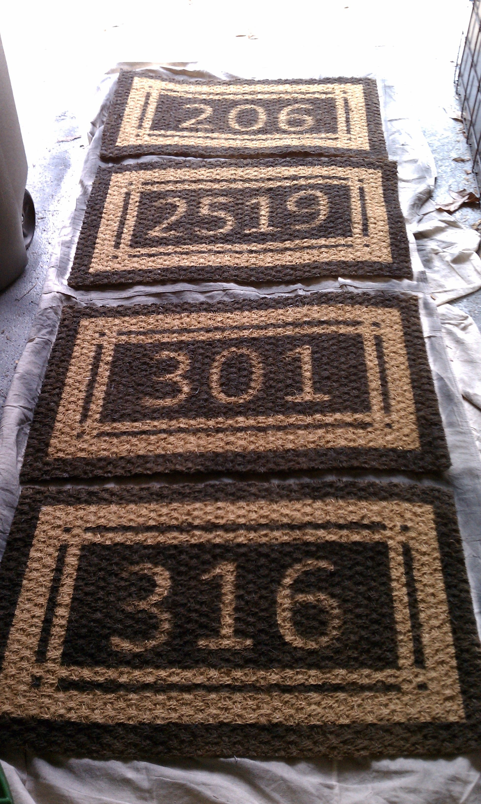 Stencil address on your door mat. Should have thought of that a LONG time ago! {a} // http://findanswerhere.com/homedecor