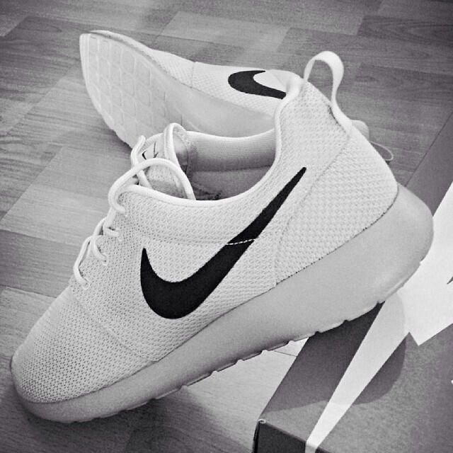 new product a22ae 461af White Nikes Rouches Mens Spring Summer Fashion, White Nikes, Nike Roshe  Run, Shoes