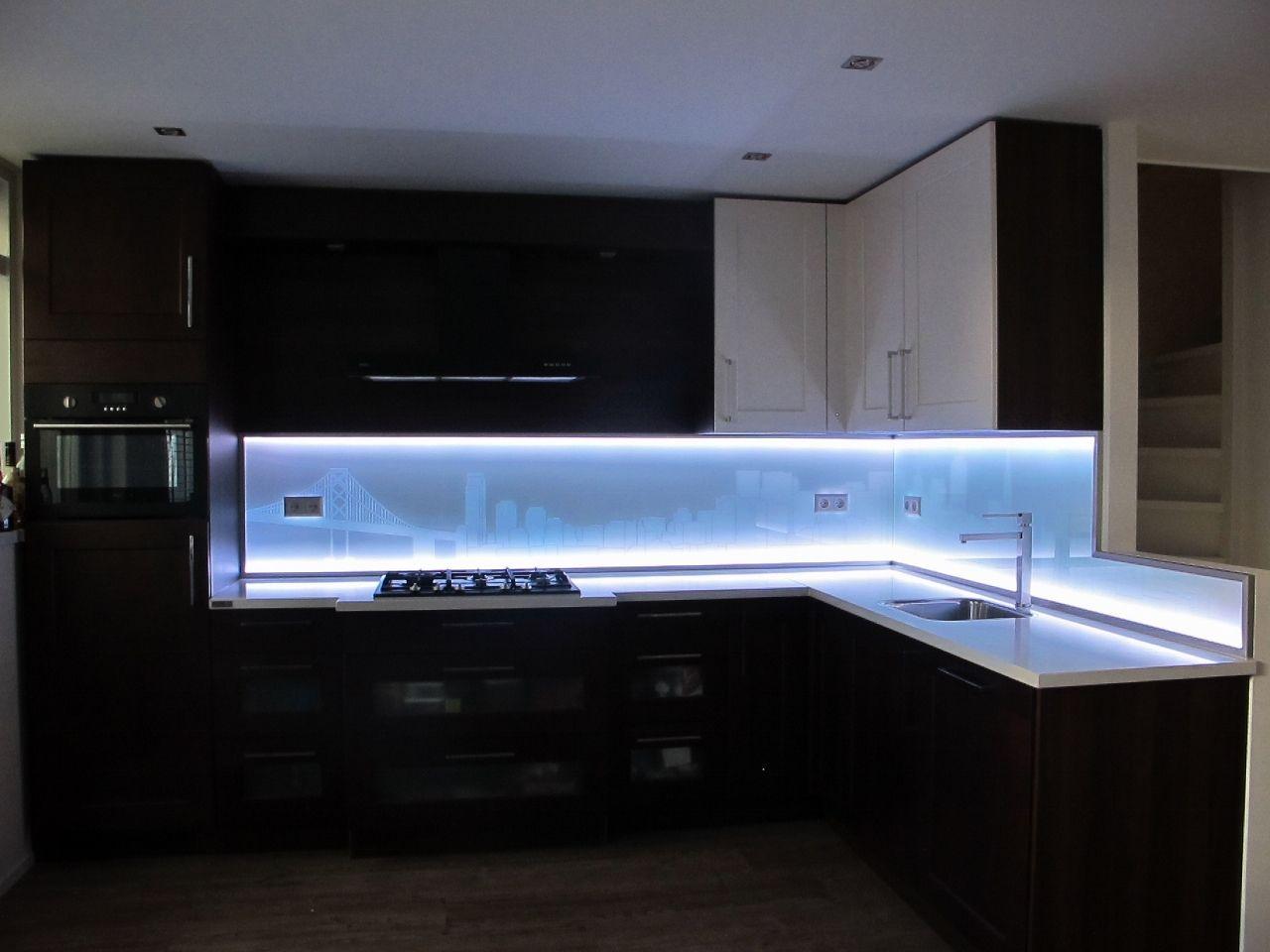 Glazen achterwand keuken - Ledverlichting onder en boven | Keuken ...