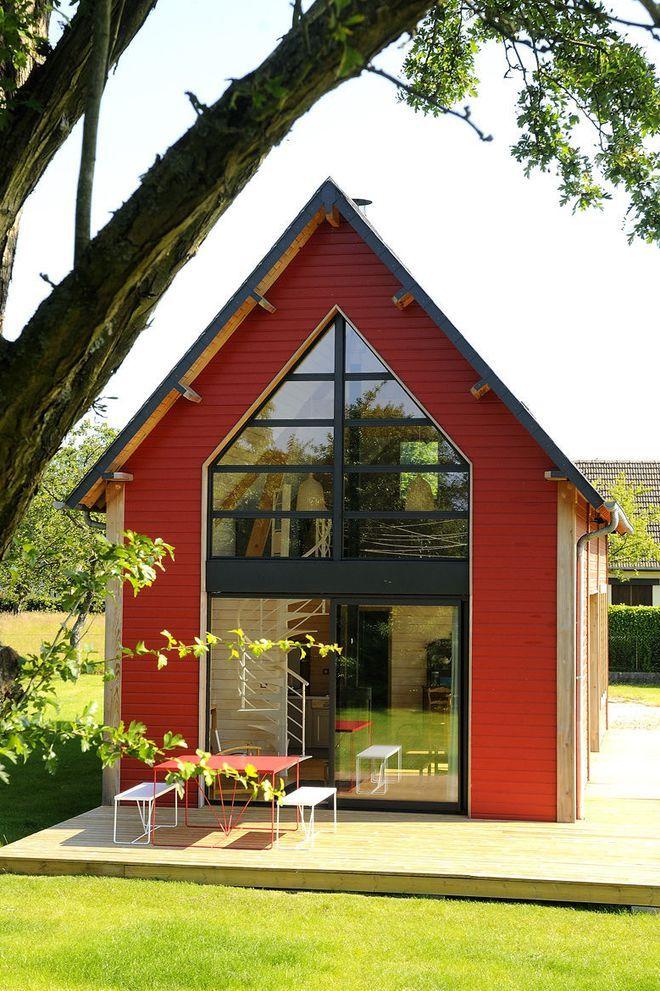 un bardage rouge a l exterieur de la maison en bois