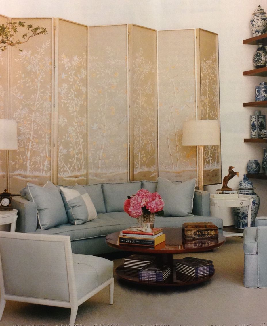 Contemporary Living Room With Beautiful Folding Screen to ...