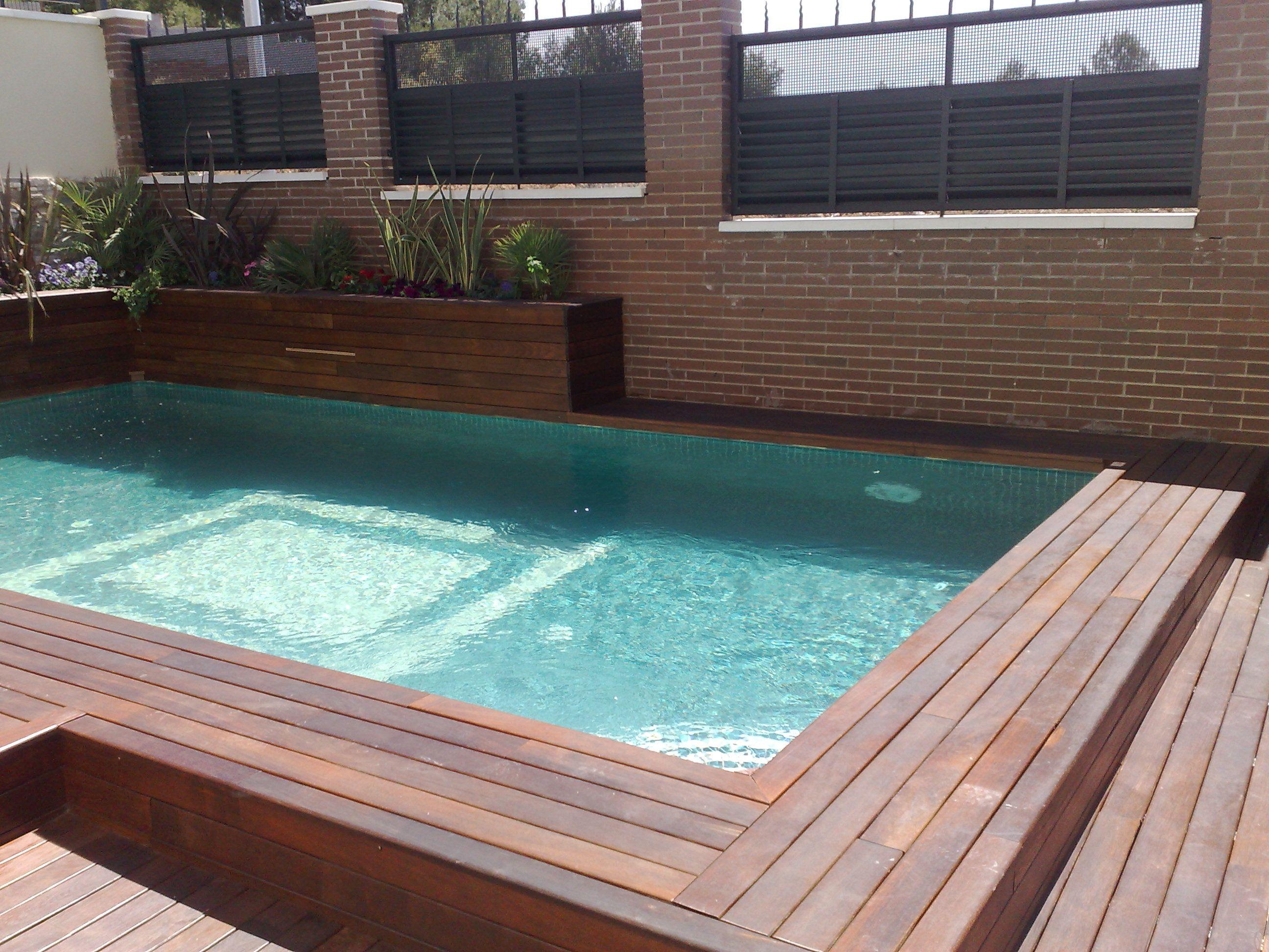 piscina rectangular con un motivo en el fondo y gresite