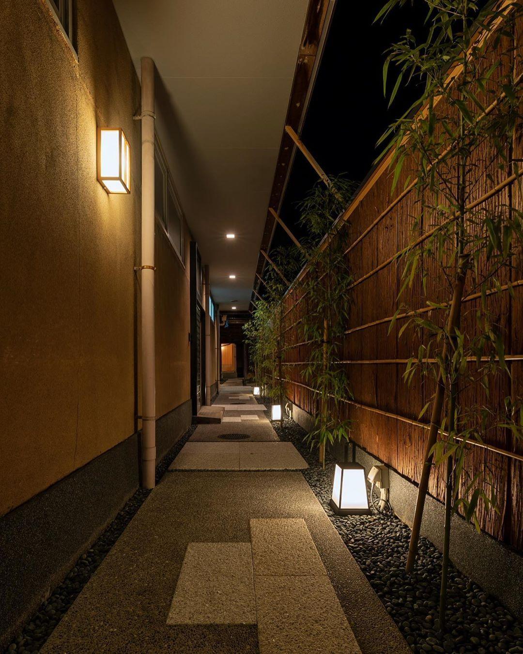 長いアプローチの場合 照明が誘導してくれることで 奥はどうなっているんだろう ってワクワクする感じが楽しいですね 和 アプローチ 照明 和風 家づくり 自由設計 三重注文住宅 三重工務店 自然素材 Living Motif Kiki マイホー 中庭のデザイン