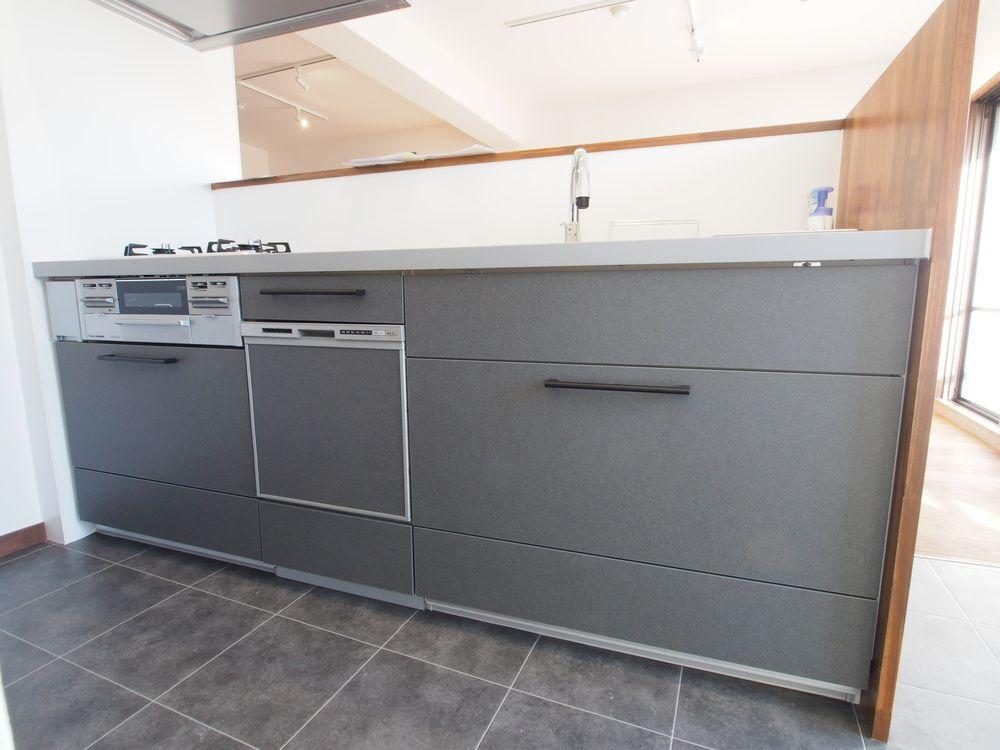傷がつきにくいセラミックトップのオープン対面キッチンには充分なスペースを確保 キッチンと融合したldk側収納で リビングで使うものもスッキリしまえます システムキッチン 建築 施工事例 ラビングホーム 山口企画設計 システムキッチン リビング キッチン