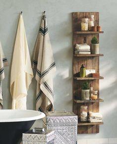 Banheiros com detalhes de madeira são encantadores. Me lembram casa de vó e de vô no sítio.