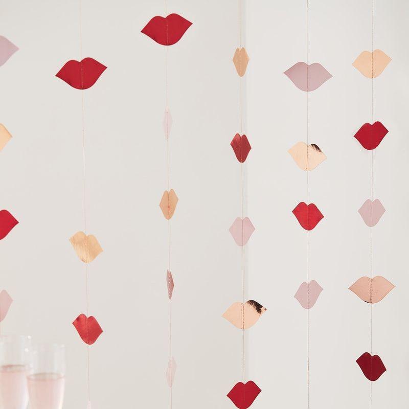 Hintergrund Kussmund Lippen Rot und Roségold Girlanden
