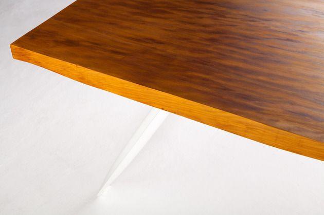 Moderner Tisch aus 50000 Jahre altem Kauri Holz
