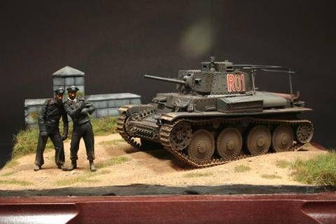 Pequeño diorama en el que la atención recae sobre dos conductores de un Pz.BfWg 38(t) Ausf.G
