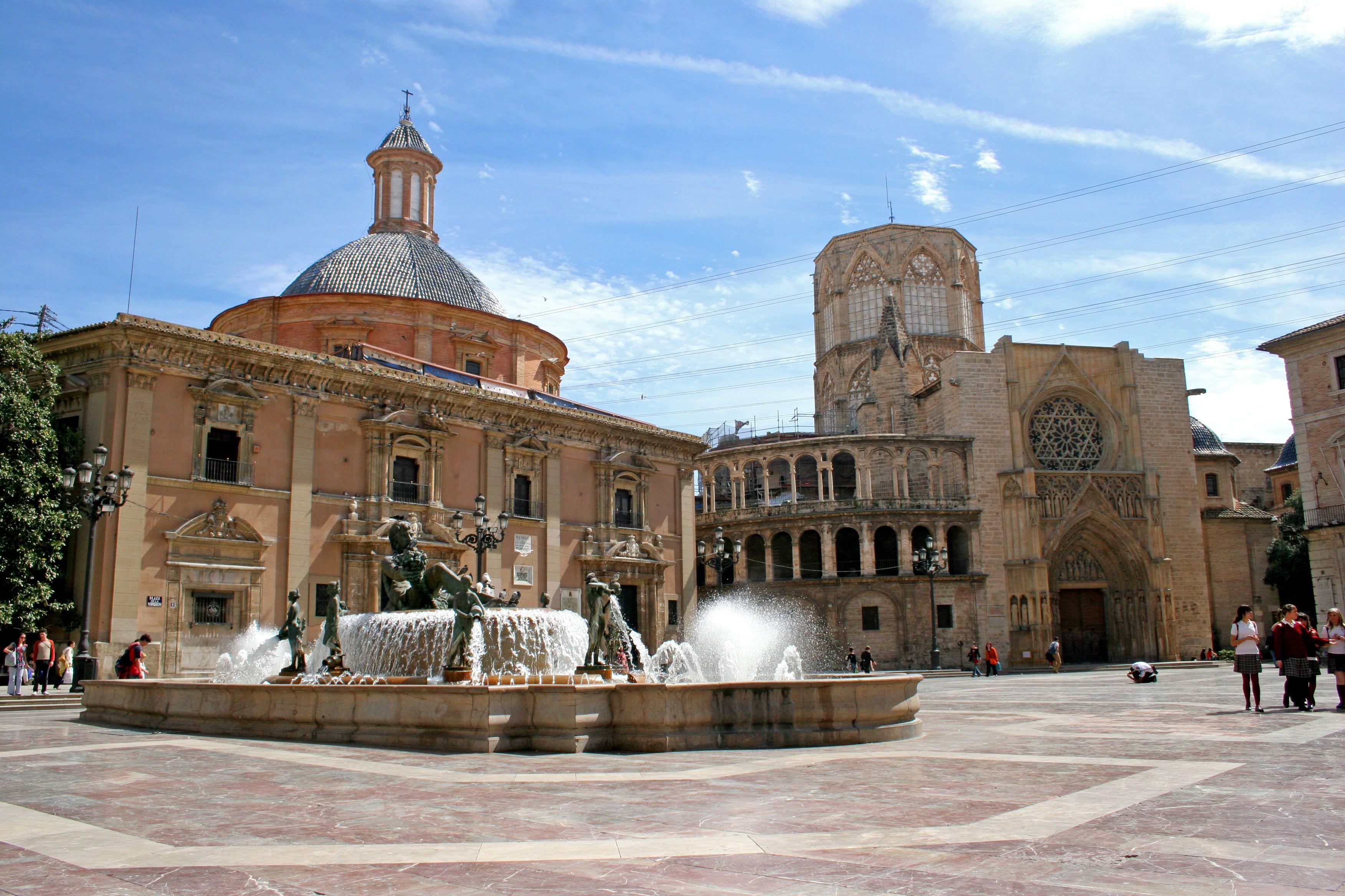 Valencia es la tercera ciudad más grande de España. Es muy importante debido a sus puertos de mar. Tiene un montón de rica historia y hermosos edificios y se sienta en el borde del mar Mediterráneo Comenzó en el año 138 A.c. para los soldados y romanos.