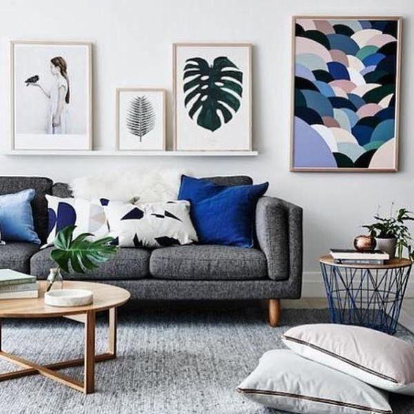 Wohnzimmer Dekor Graues Sofa #wohnzimmereinrichten #schlaffunktion  #wandfarbe #fell #rosa #vorhänge