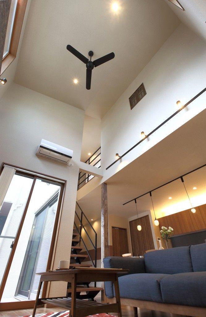 高さ約5mの吹き抜け 2階の子ども部屋と小窓でつながっている 画像