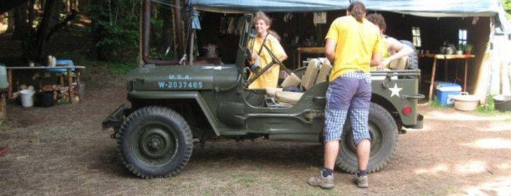 Táborové tvoření 4 - tkaní Na tábor za námi přijel kamarád z Třebíče. Přijel v armádním americkém džípu z roku 1942. A ten džíp byl v perfektním a pojízdném stavu. Tak se s ním skoro všichni vyfotili. S džípem, s kamarádem ne, i když ten byl v perfektním stavu taky. Oba, kamaráda i džíp jsme využili na dovoz dobrot z místní výrobny. Džíp, kamarád a dobroty ...