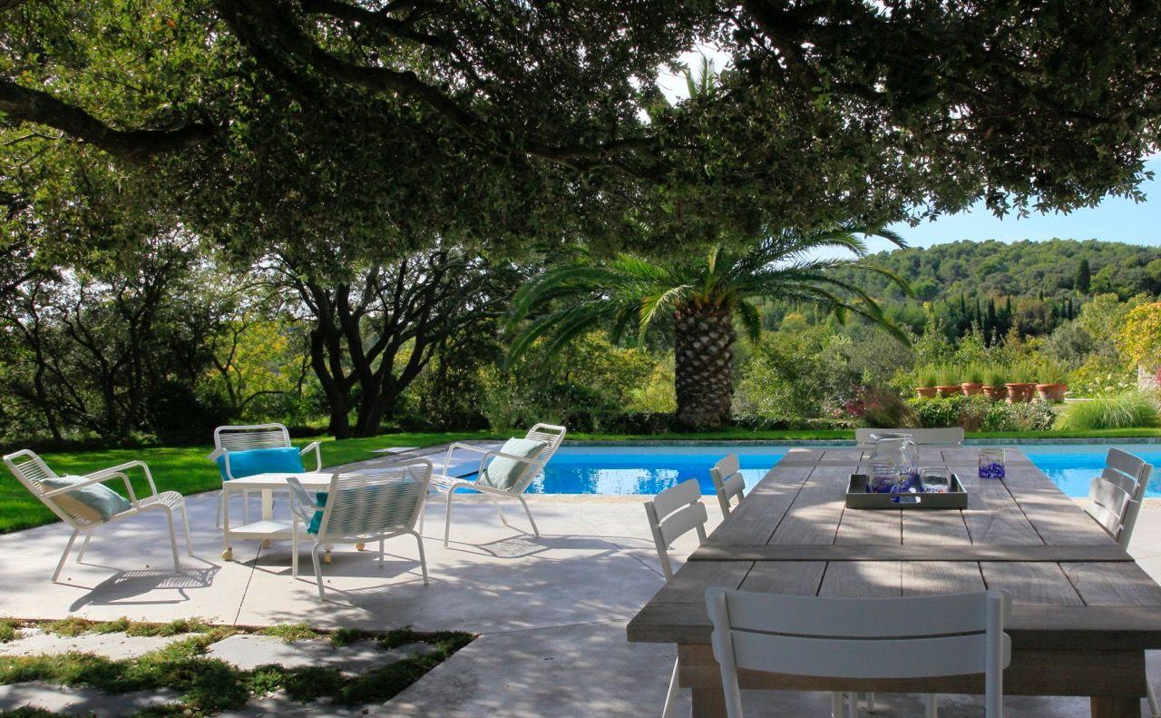jardin minimaliste avec piscine et terrasse en provence con u par les paysagistes conceptuelles. Black Bedroom Furniture Sets. Home Design Ideas