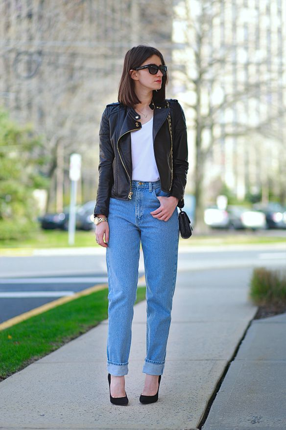 a5608bbd764 25 Ways to Make Mom Jeans Look Modern - easily style up a pair of mom jeans  with a white t-shirt