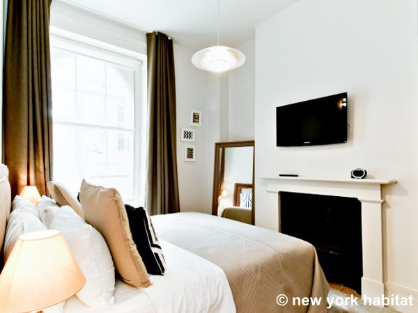 Tucked Neatly Into The Heart Of London This Vacation Rental Is A Dream To Sink Into After A Long Day Http London Apartment London Accommodation Apartment