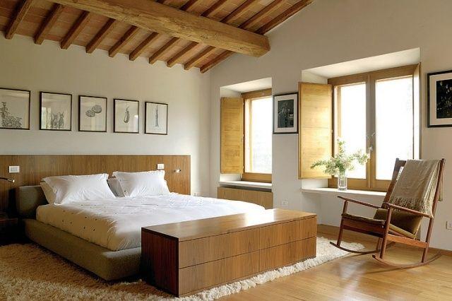 Schlafzimmer Holz Betthaupt Decke Balken Fensterlaeden