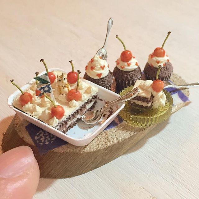 スコップケーキ第四弾。チョコレート生地で、さくらんぼトッピングにしました。上の子はシマリスさん!ヤフオク出品しますー(^ω^) #ミニチュアフード#ミニチュア#ドールハウス#ハンドメイド#食品サンプル#カップケーキ#スコップケーキ#樹脂粘土#粘土#miniaturefood #miniature#dollhouse #handmade #cupcakes #clay #polymerclay