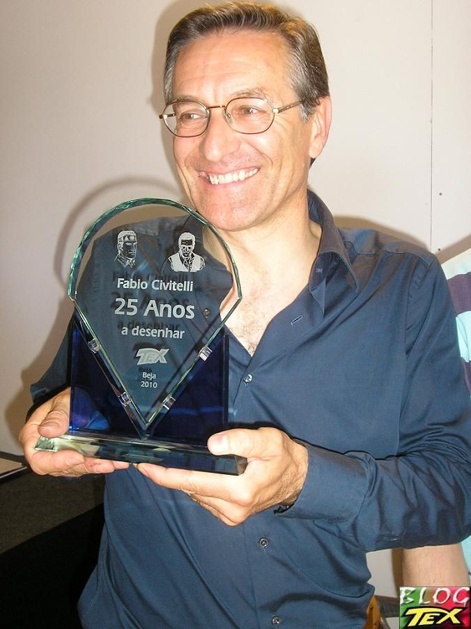 Fabio-Civitelli-e-o-troféu-recebido-em-Beja-pelos-seus-25-anos-a-desenhar-Tex-2010.jpg (676×902)