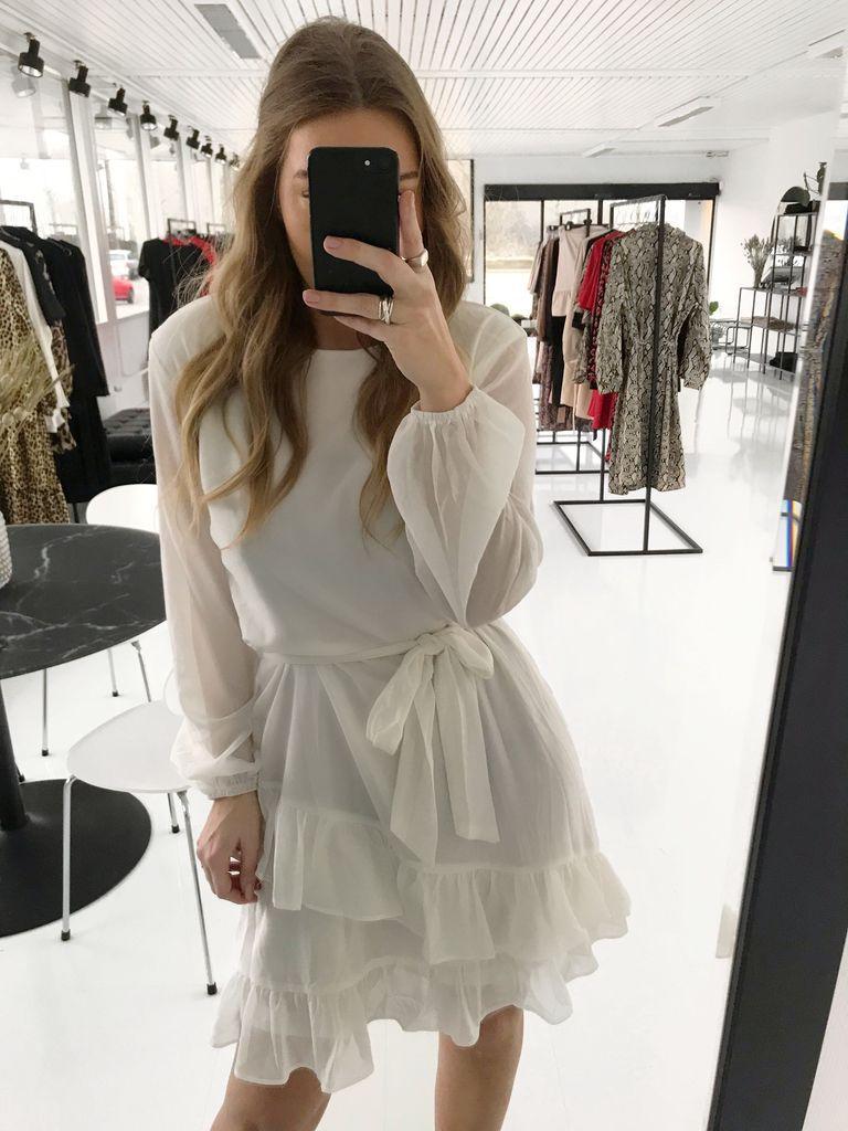 4065e3e75a66 Smuk og elegant hvide kjole. Den oplagte kjole til dig som bliver  konfirmand eller student