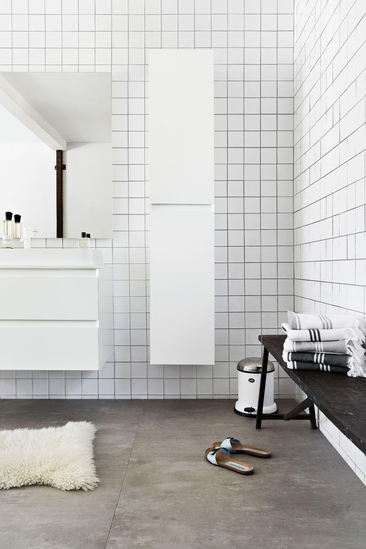 scandinavian white bathroom | scandinavische basic badkamer met ...