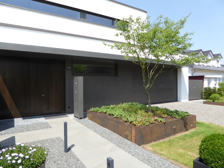 eingangsbereich mit grauwacke natursteinplatten hochbeet aus cortenstahl von rheingr n. Black Bedroom Furniture Sets. Home Design Ideas