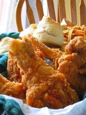 なんちゃってKFC(フライドチキン) ケンタッキー・フライドチキンのなんちゃってレシピです。秘密のスパイス11種を知ら なくても本物に近い味に仕上がりました。 NY NY 買い物リストに追加 材料 (必要な人数分) 鶏胸肉人数分 手羽人数分 鶏もも肉人数分 牛乳2カップ 卵1個 小麦粉2カップ 黒こしょう小さじ2杯 オールスパイス 小さじ1.5杯 塩大さじ1.5~2杯