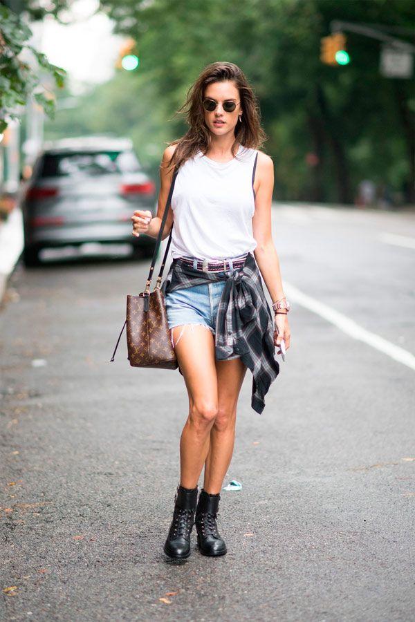 Alessandra Ambrosio mostra como uma camisa amarrada na cintura pode  transformar o look básico que é shorts jeans e camiseta. 7c5de668e38