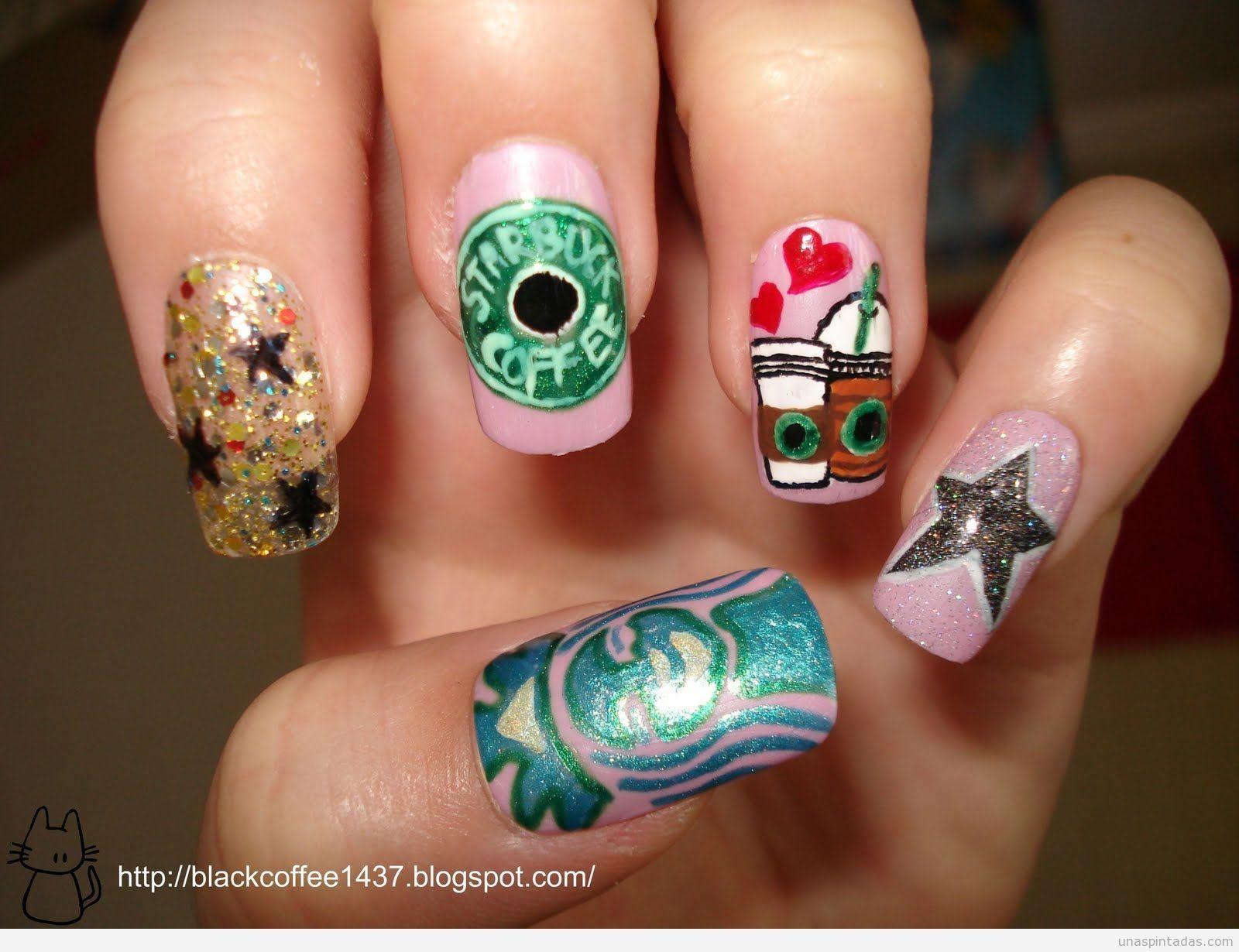 Diseño de uñas con dibujos inspirados en Starbucks