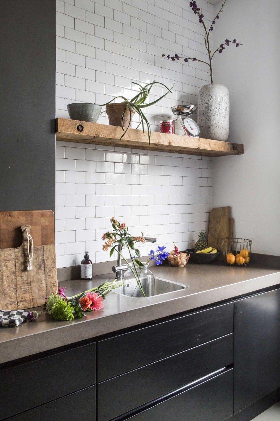 Zwarte keuken met blad van natuursteen en witte tegeltjes   Black ...