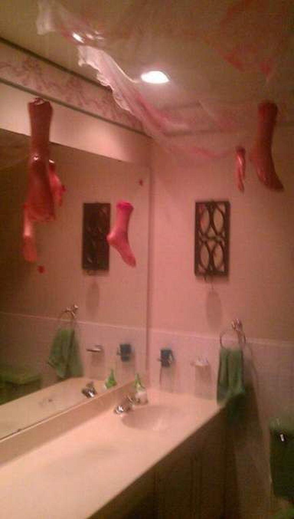 Scary Halloween Bathroom Decor