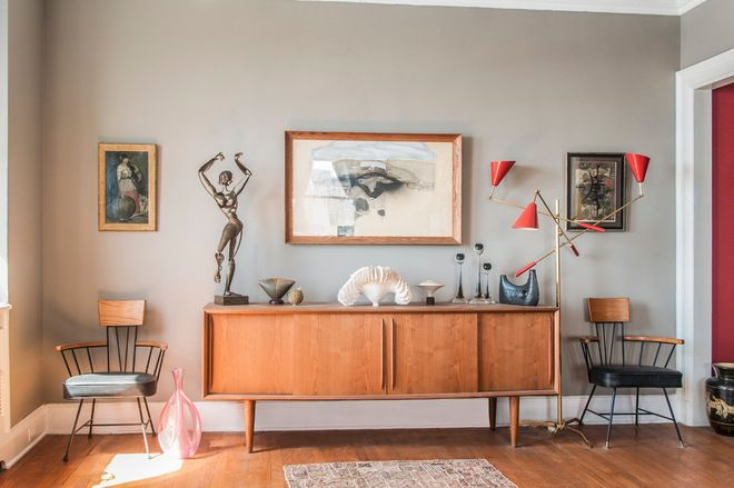 Eclectic living room by amy krane color. vintage red lamp İnterior