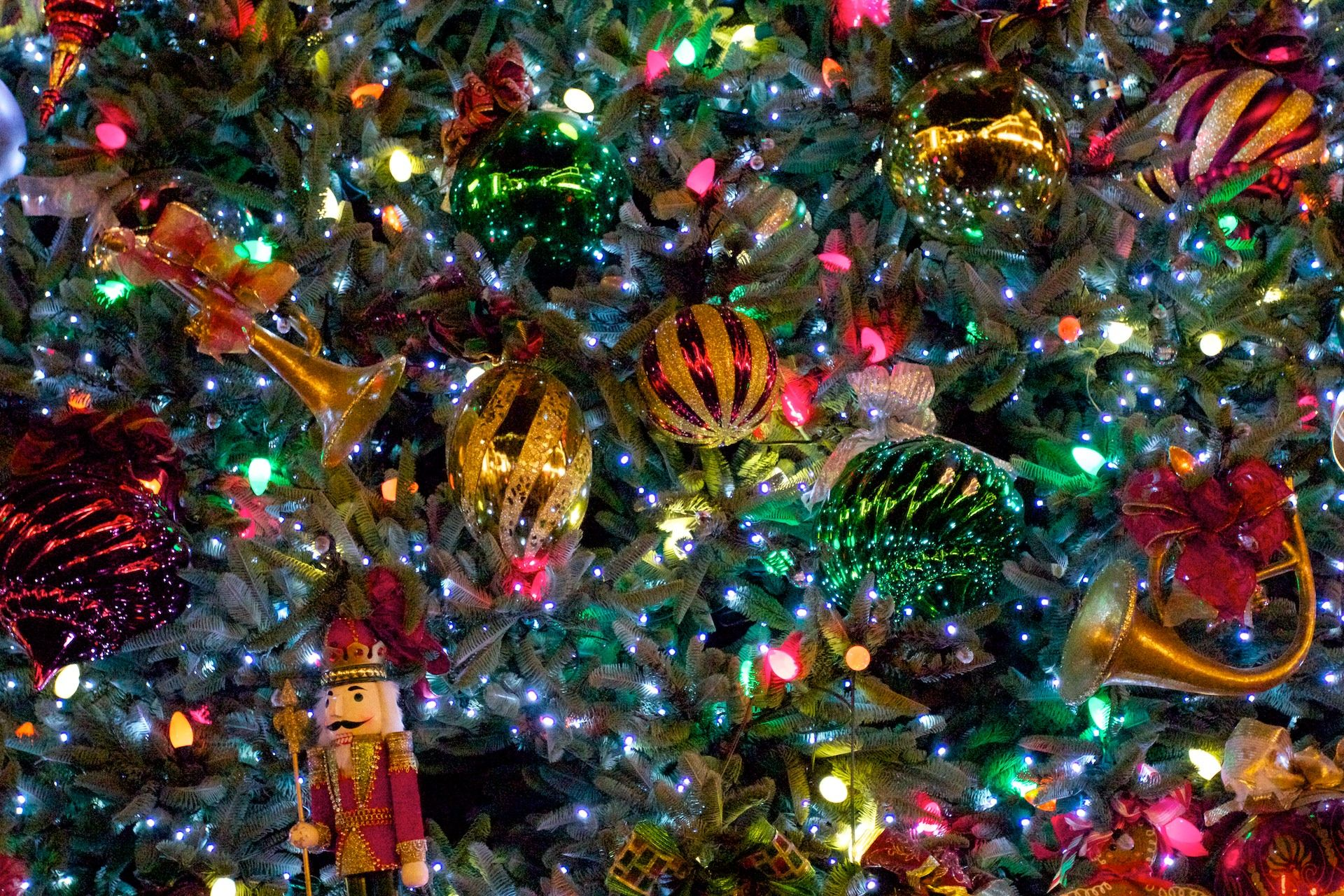 Ornaments On The Tree Christmas Tree Images Christmas Tree Background Christmas Tree Wallpaper