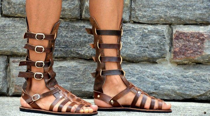 """611542fa6f Homens """"arretados"""" usam sandálias. Inclusive as gladiadoras!"""