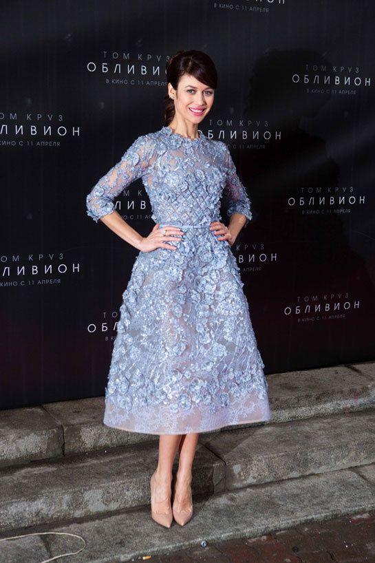 Olga Kurylenko en Elie Saab http://www.vogue.fr/mode/inspirations/diaporama/les-looks-du-mois-d-avril-des-podiums-a-la-realite-dolce-gabbana-saint-laurent-christian-dior-anthony-vaccarello-isabel-marant/12995/image/749422#!olga-kurylenko-en-elie-saab