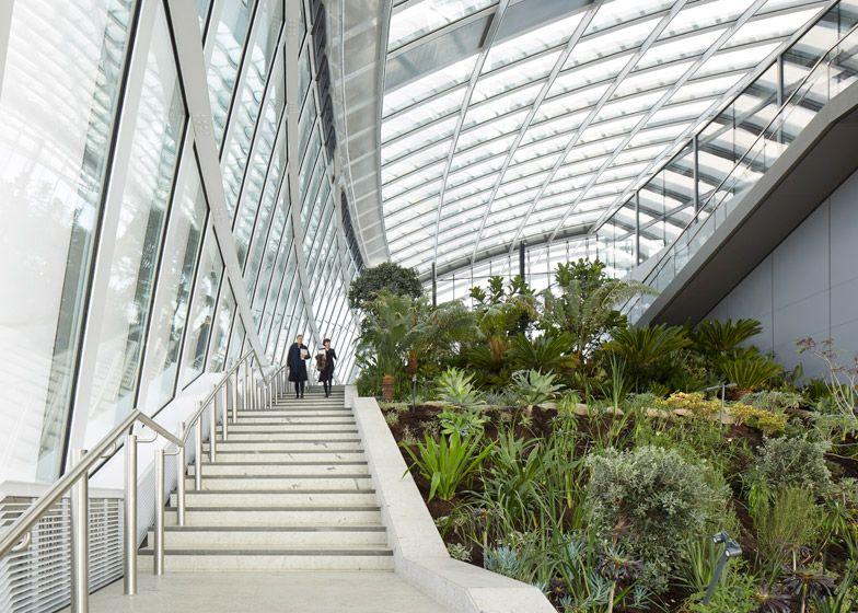 Sky Garden Opens At The Top Of Rafael Vinoly S Walkie Talkie Sky Garden Rooftop Garden City Garden