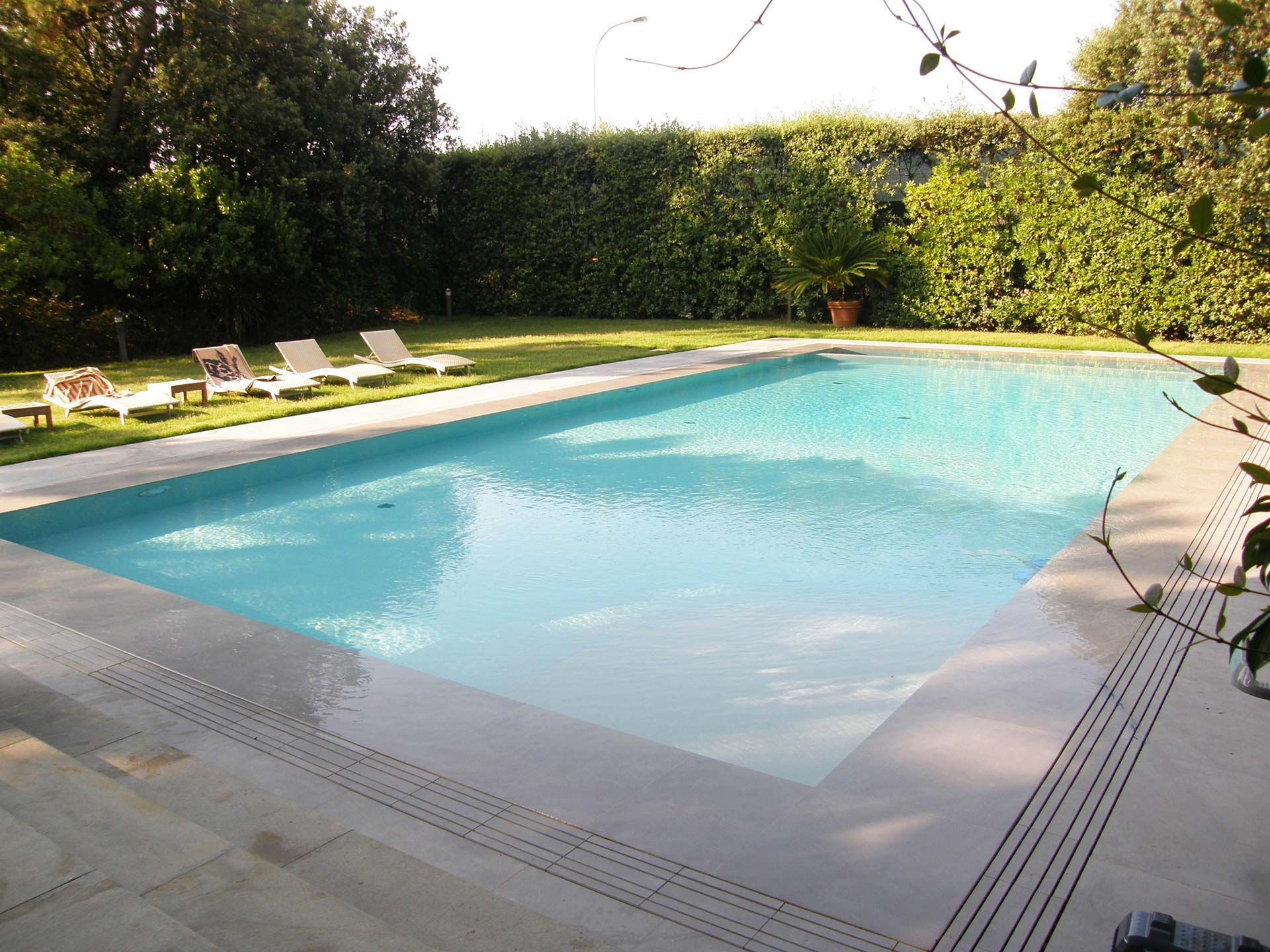 "Private pool Forte dei Marmi (Italy) - Casamood ""Materia"" Project in its grey shade in- and outside this private pool #pool #outdoor #private #cool #summer #ceramics #tiles #casamood #life #water"