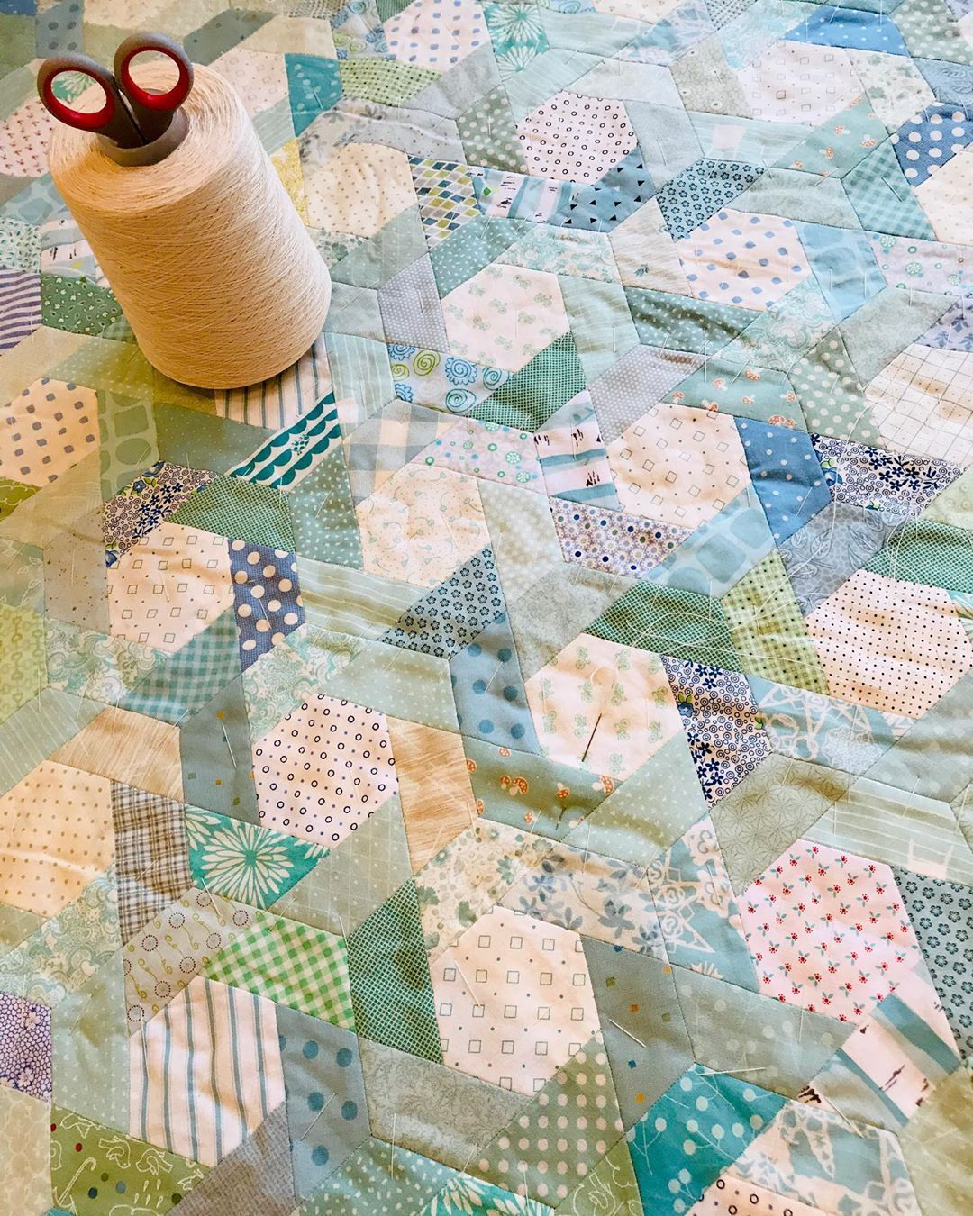 "Inger Marie Loeshagen on Instagram: ""Tid for tråkling i dag.  #epp #quilt #quilting #fabrics #lappeteknikk #patchwork #scrappyquilt #usewhatyouhave #madebyhand #madebyme…"""