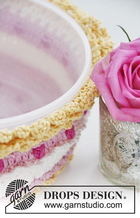 """San Valentín DROPS: Funda en ganchillo DROPS para tapadera de pastel pequeña, con frutillas y crema, en """"Muskat"""". Patrón gratuito de DROPS Design."""