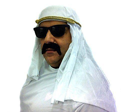 Idée #CadeauDeMerde # : Turban de prince arabe blanc avec une corde couleur or + une paire de lunettes noir + une fausse moustache. Ideal pour ceux qui veulent devenir émir.