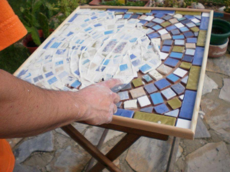 Quieres ver c mo se hace una mesa de mosaico mosaics for Mesa mosaico jardin
