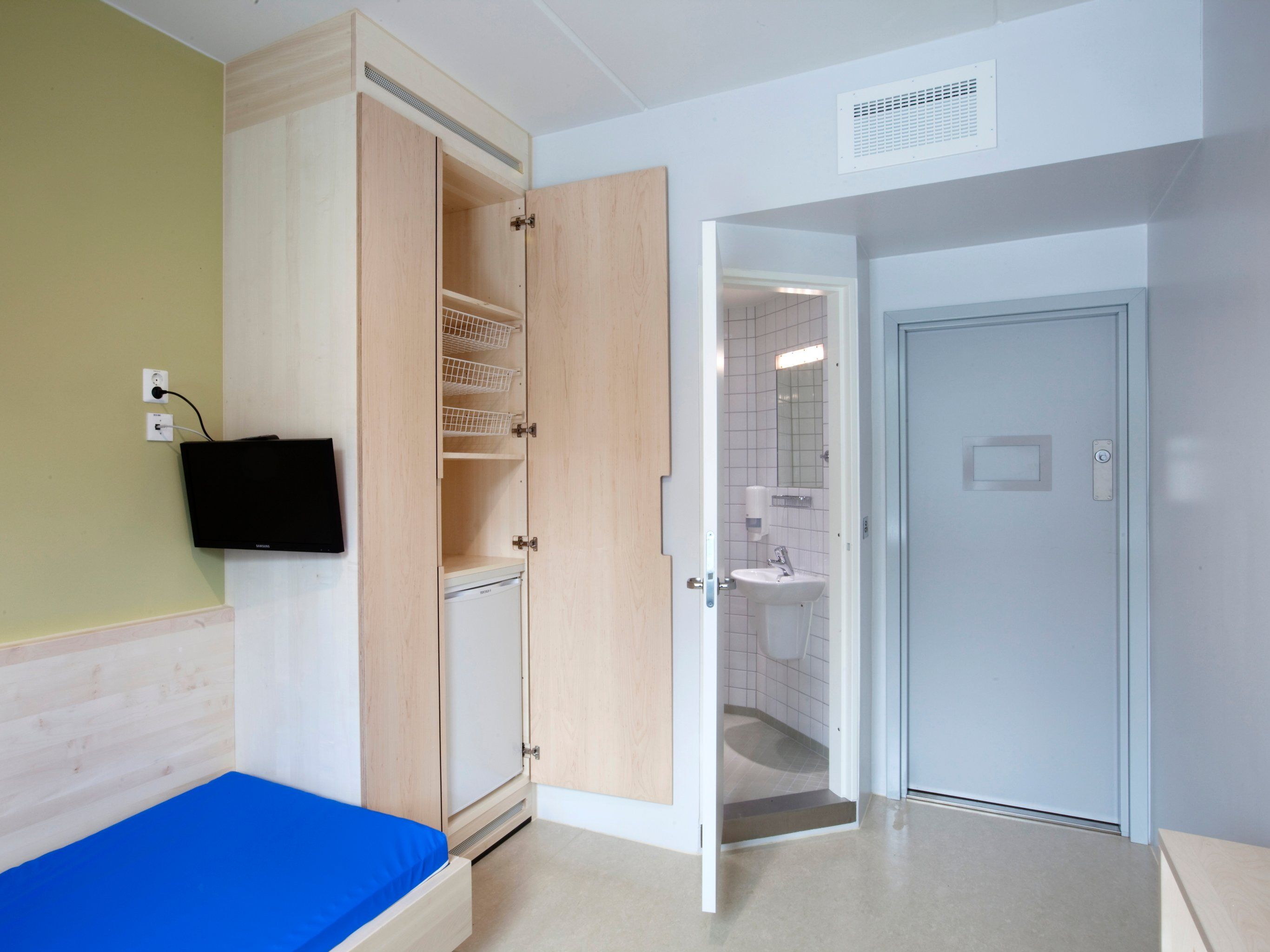 Photos Of Maximum Security Prisons In Norway And The Us Reveal The Extremes Of Prison Life Prison Cell Prison Norway