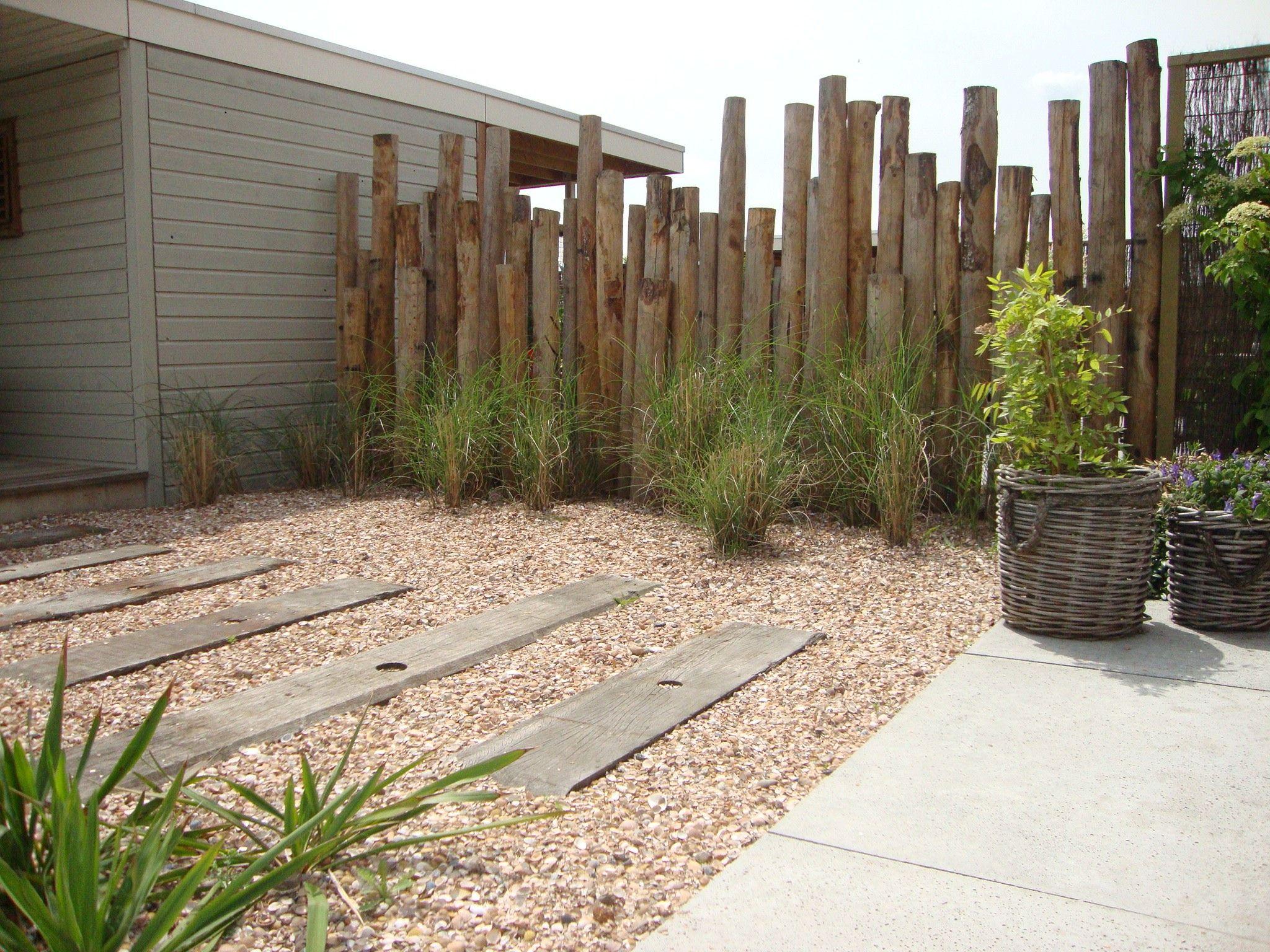 Erfafscheiding van kastanjehouten palen tuinontwerp en for Moderne afsluiting tuin