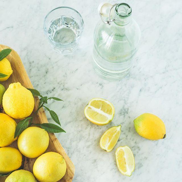 I limoni, gli agrumi più versatili in assoluto. Sono un'ottima base per i succhi contenenti carote, pere, mele, e si sposano benissimo con la menta e il finocchio.  Ogni mattina a stomaco vuoto spremi mezzo limone in un bicchiere d'acqua, per depurare l'organismo e prepararti alla giornata.  Tagga un amico per condividere la ricetta  #lacentrifuga #sicilianista #sicily #sicilia #lemon #food #juice #purejuice #juicing #madewithlove #handmade #centrifugato #estratto