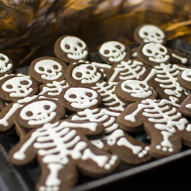 Grusellige Kekse - Rezept zur Halloweenfeier. Die Halloweenkekse wurden mit Schokoladenteig gebacken.