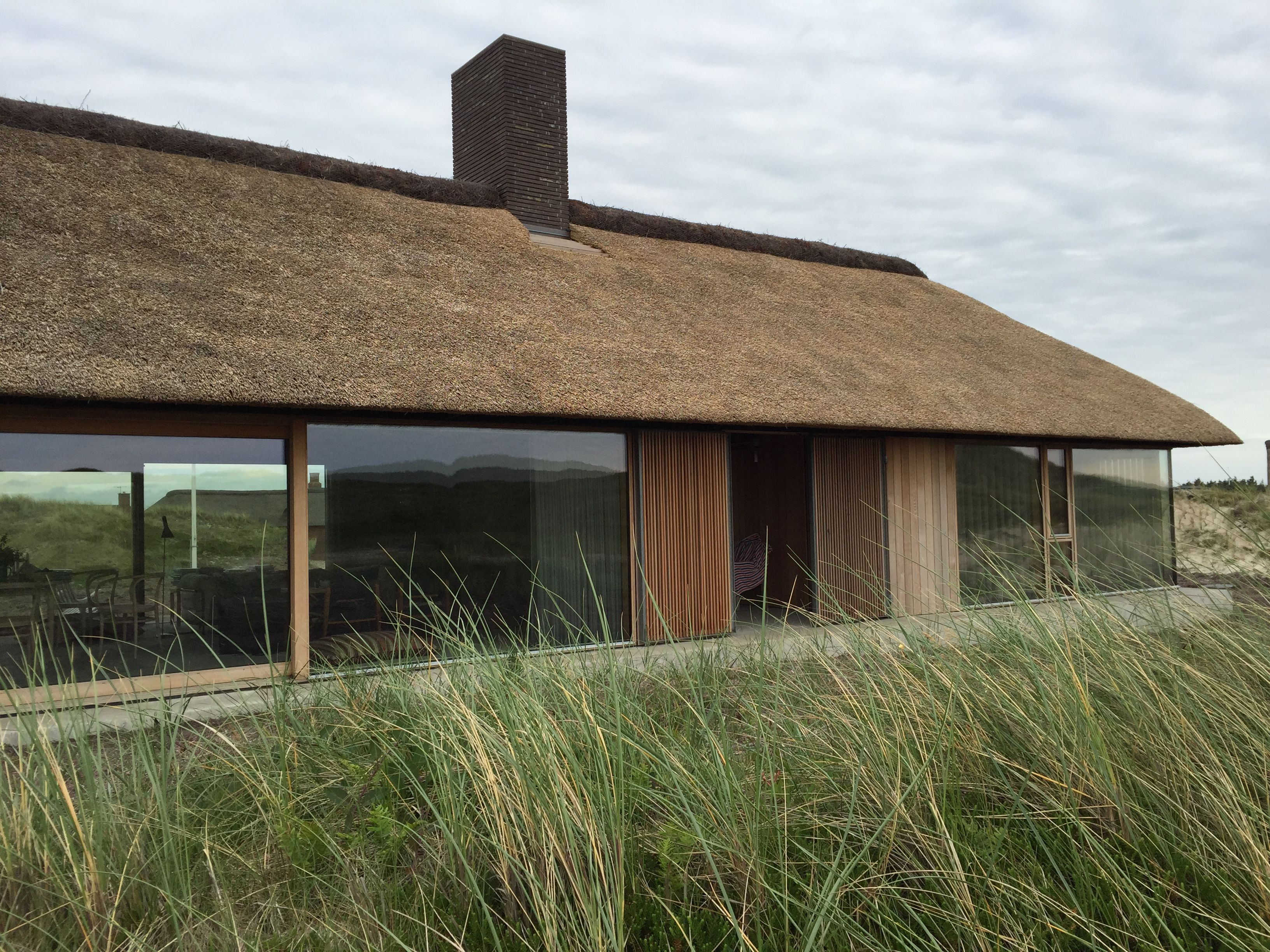 Sommerhus s ndervig modern take on thatched roof danish for Contemporary roof